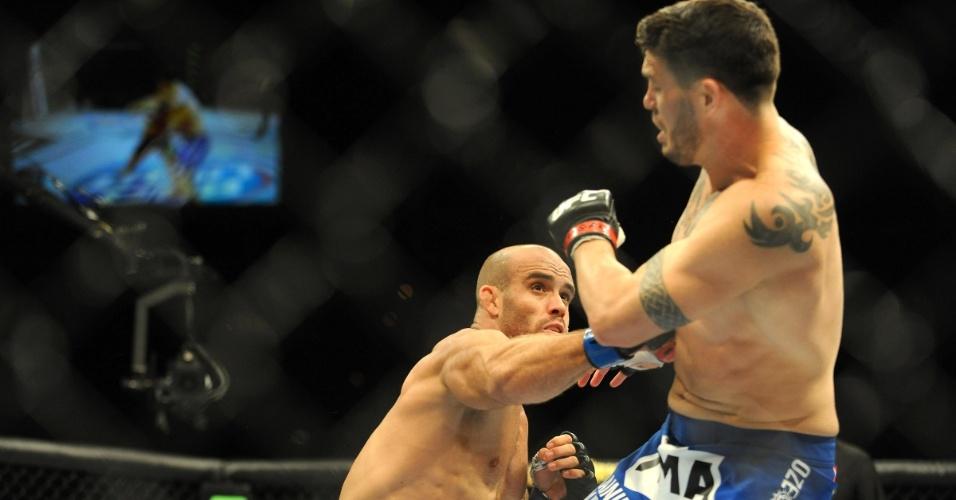 05.jul.2014 - Bruno Carioca encaixa golpe em Chris Camozzi, durante o UFC 175. O brasileiro venceu o combate do card preliminar por decisão dividida