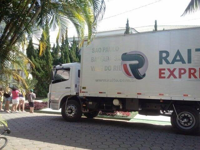 Caminhão de entrega da mesa de pôquer na casa de Neymar, no litoral paulista
