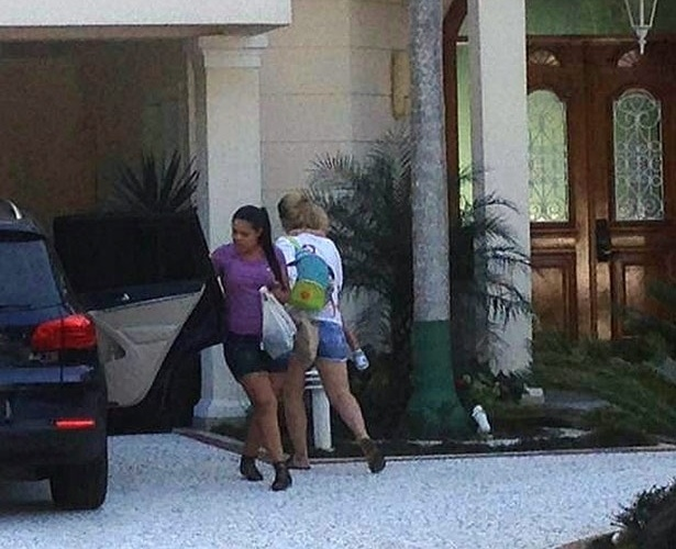 Carol Dantas e Davi Lucca, filho de Neymar, chegam à casa do atacante por volta de 14h30