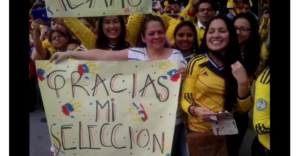 06.jul.2014 - Colombianos acompanham chegada da seleção da Colômbia em Bogotá, após boa campanha na Copa do Mundo
