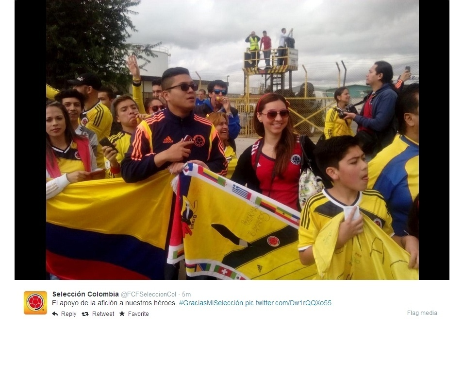 06.jul.2014 - Colombianos aguardam desembarque da seleção da Colômbia em Bogotá, após boa campanha na Copa do Mundo