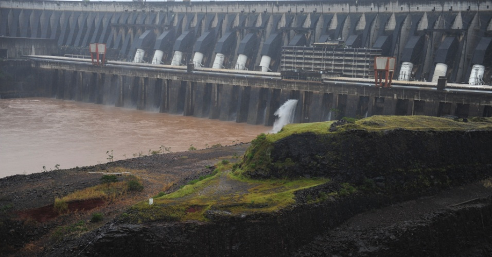 A usina binacional de Itaipu é a maior produtora de energia hidrelétrica do Brasil, respondendo atualmente por 17% da carga consumida no país