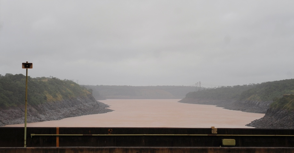 Imagem do Rio Paraná visto de cima da barragem da usina hidrelétrica de Itaipu em Foz do Iguaçu