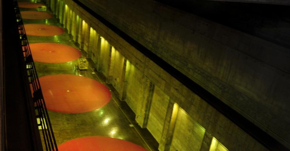 Imagem da parte interna da imensa usina binacional de Itaipu, em Foz do Iguaçu