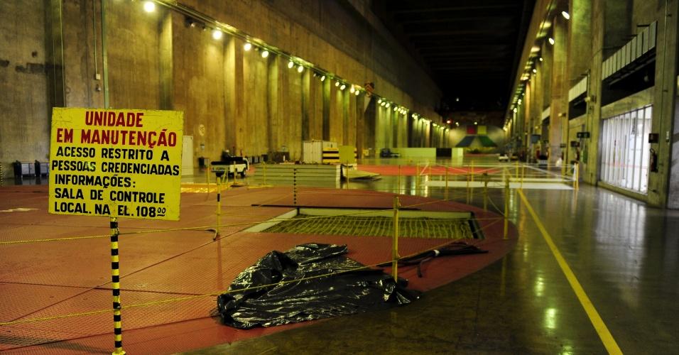 A usina de Itaipu conta atualmente com 20 turbinas de produção, dez de cada país