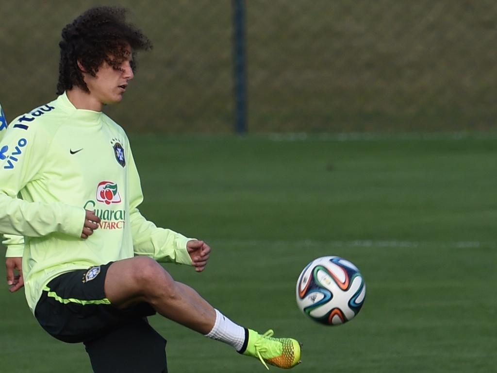 06.jul.2014 - Zagueiro David Luiz bate bola durante treino da seleção brasileira