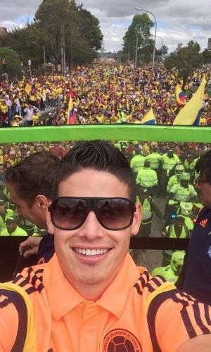 """06.jul.2014 - Destaque da Colômbia na Copa, James Rodríguez agradece recepção na volta para casa: """"Obrigado Colômbia, me sinto muito orgulhoso, na verdade só tenho palavras de agradecimento, vi pessoas muito emocionadas, desde crianças até mais velhos. A história continua"""""""