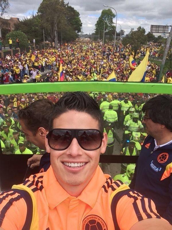 06.jul.2014 - Destaque da Colômbia na Copa, James Rodríguez agradece recepção na volta para casa: