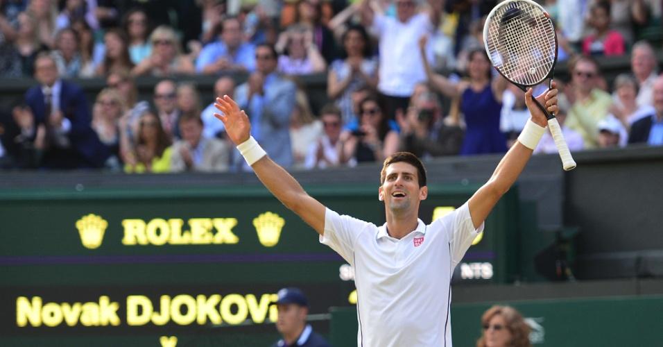 Djokovic comemora vitória sobre Federer em Wimbledon; sérvio venceu por 3 sets a 2 e voltará ao topo do ranking de tênis