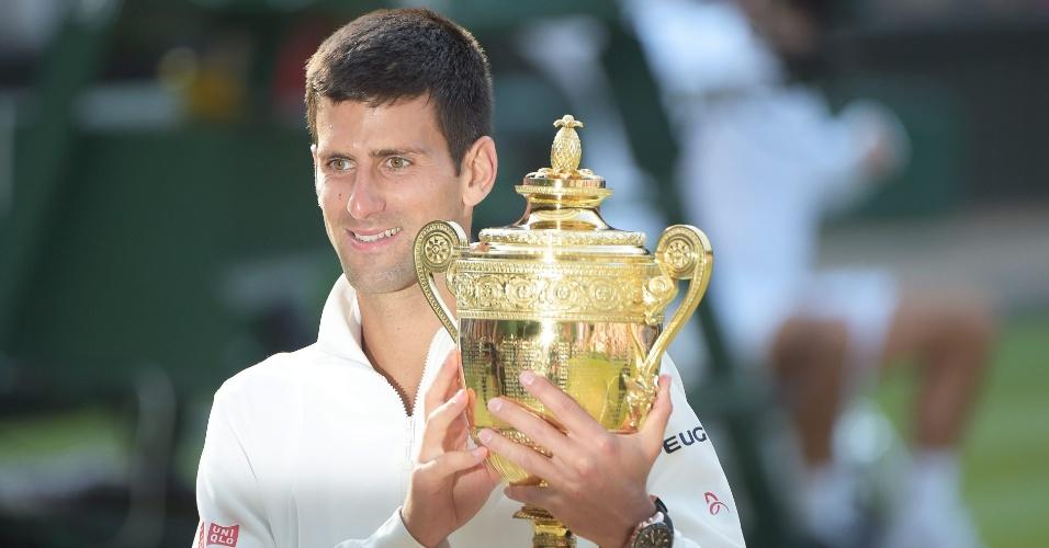 Djokovic exibe troféu após vitória sobre Federer em Wimbledon; sérvio venceu por 3 sets a 2 e voltará ao topo do ranking de tênis