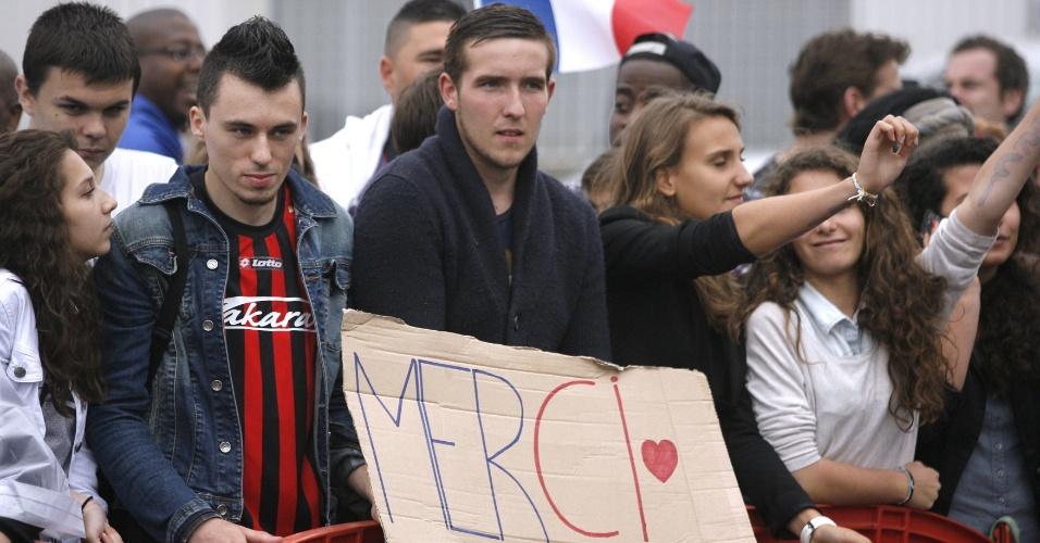 06.jul.2014 - Franceses agradecem aos jogadores da seleção, que desembarcaram no Aeroporto de Le Bourget