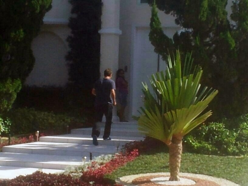 Amigo de Neymar, Luiz Gustavo entra na casa do atacante, no Guarujá