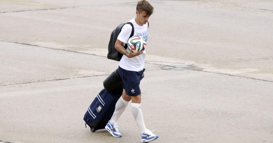 06.jul.2014 - Griezman, da França, desembarca no Aeroporto de Le Bourget segurando uma Brazuca, bola oficial da Copa