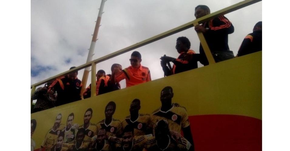 06.jul.2014 - Jogadores da seleção da Colômbia acenam para torcedores após chegada em Bogotá