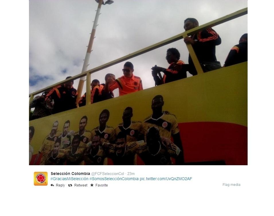 Jogadores da seleção da Colômbia acenam para torcedores após chegada em Bogotá