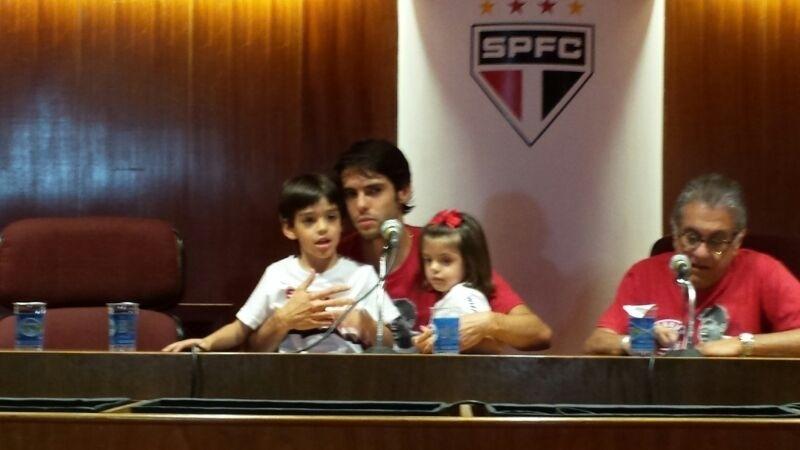 Kaká carrega os filhos no colo durante a sua apresentação no São Paulo