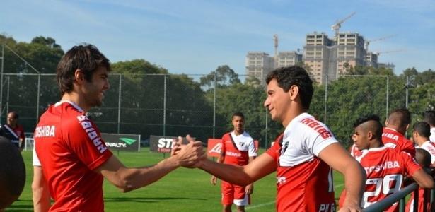 Kaká e Ganso se cumprimentam antes de treino pelo São Paulo, no CT da Barra Funda - Rubens Chiri/saopaulofc.net