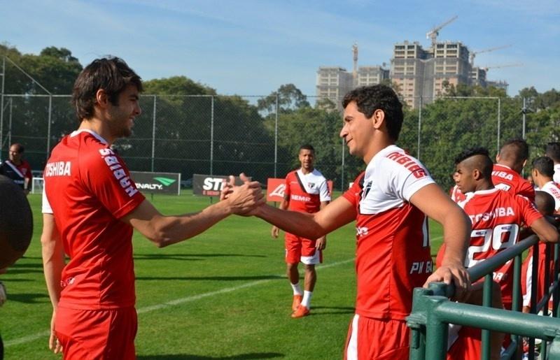 Kaká cumprimenta Paulo Henrique Ganso no CT do São Paulo