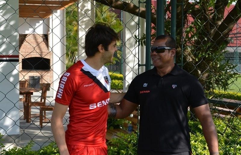 Kaká reencontra funcionários do clube no CT do São Paulo