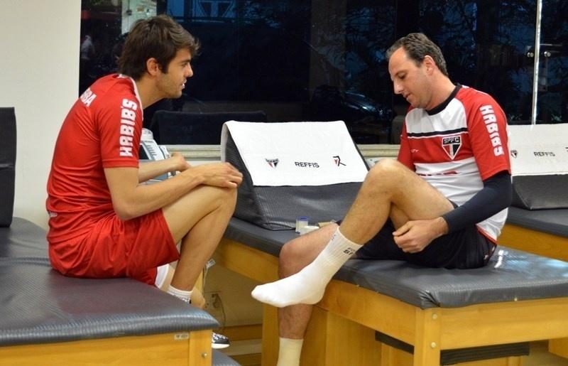 Kaká reencontra Rogério Ceni no CT do São Paulo