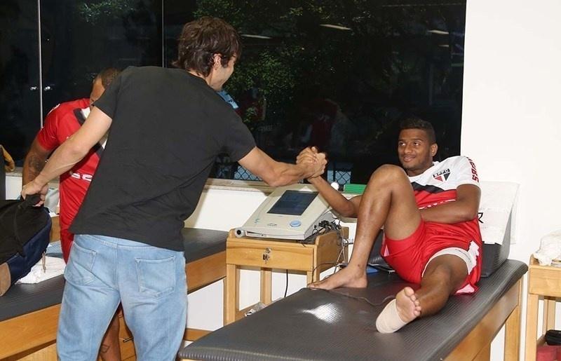 Kaká se apresenta ao lateral esquerdo Reinaldo no CT do São Paulo na Barra Funda