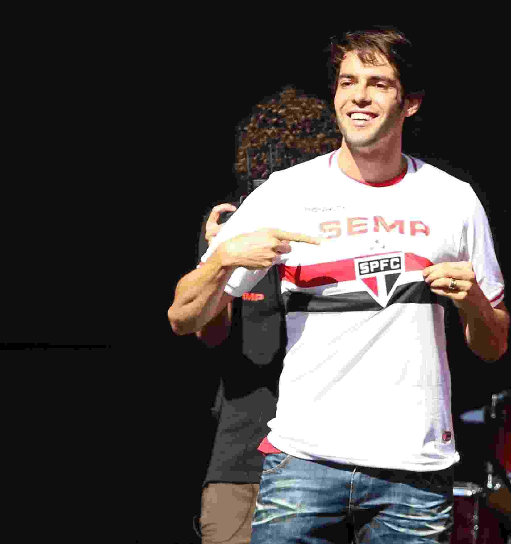 Kaká veste a camisa do São Paulo durante a sua apresentação no Morumbi - REGINALDO CASTRO/ESTADÃO CONTEÚDO