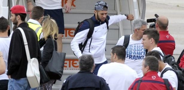 06.jul.2014 - Karim Benzema deixa avião com a seleção da França no Aeroporto de Le Bourget