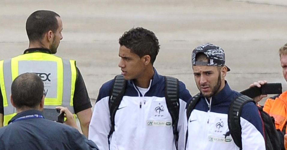 06.jul.2014 - Karim Benzema desembarca com a seleção da França no Aeroporto de Le Bourget depois de eliminação na Copa