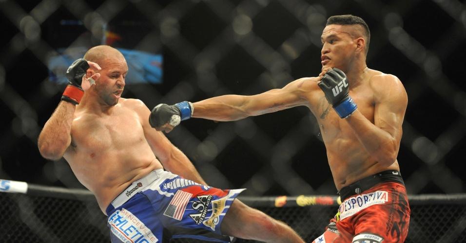 05.jul.2014 - Kenny Robertson (esquerda) ganha por decisão unânime do brasileiro Ildemar Marajó no UFC 175