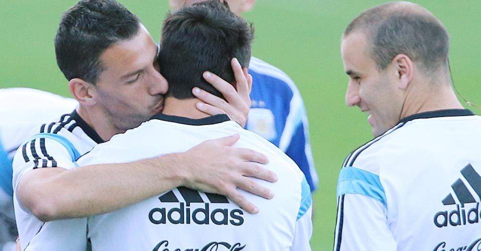 06.jul.2014 - Maxi Rodriguez beija o companheiro Ezequiel Lavezzi durante treino da seleção argentina, em Belo Horizonte