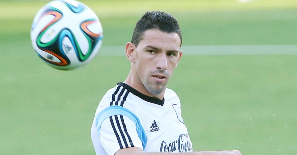 06.jul.2014 - Maxi Rodriguez participa de atividade em Belo Horizonte, um dia depois de a Argentina garantir vaga na semifinal da Copa