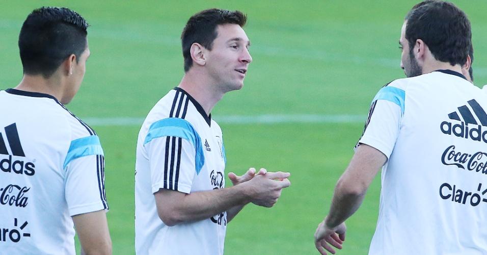 06.jul.2014 - Messi conversa com companheiros de seleção durante treino da Argentina na Cidade do Galo