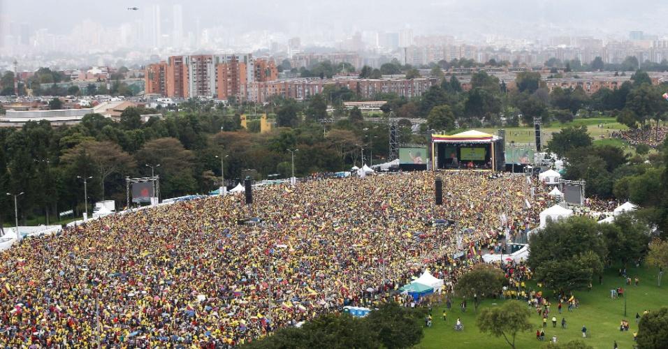 06.jul.2014 - Multidão toma conta do Parque Simón Bolívar, em Bogotá, para recepcionar os jogadores da Colômbia após a boa campanha na Copa