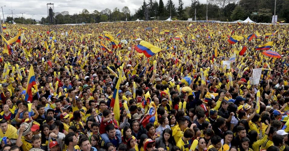 Multidão toma conta do Parque Simón Bolívar, em Bogotá, para recepcionar os jogadores da Colômbia após a boa campanha na Copa