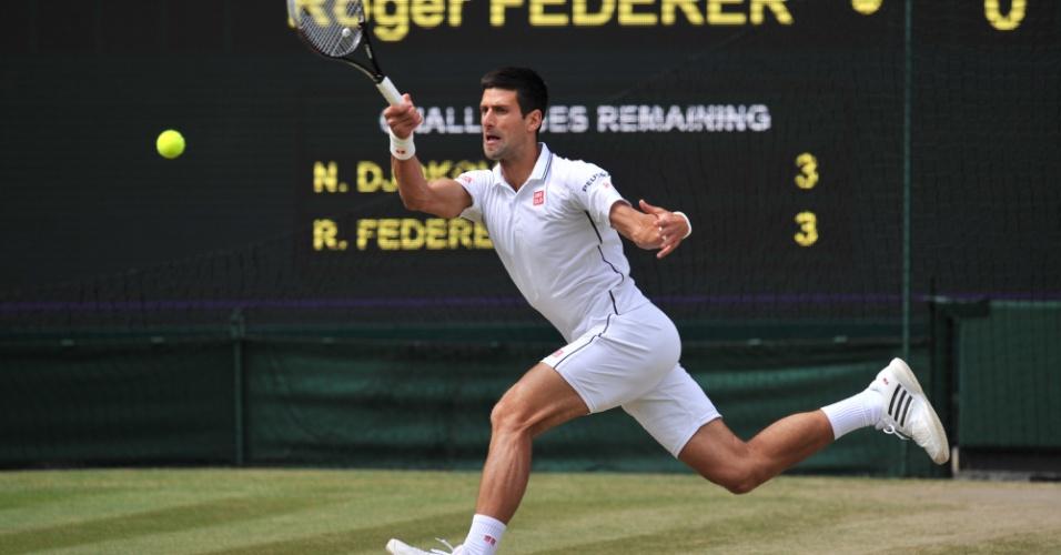 Novak Djokovic tenta devolver bola durante final de Wimbledon contra Roger Federer