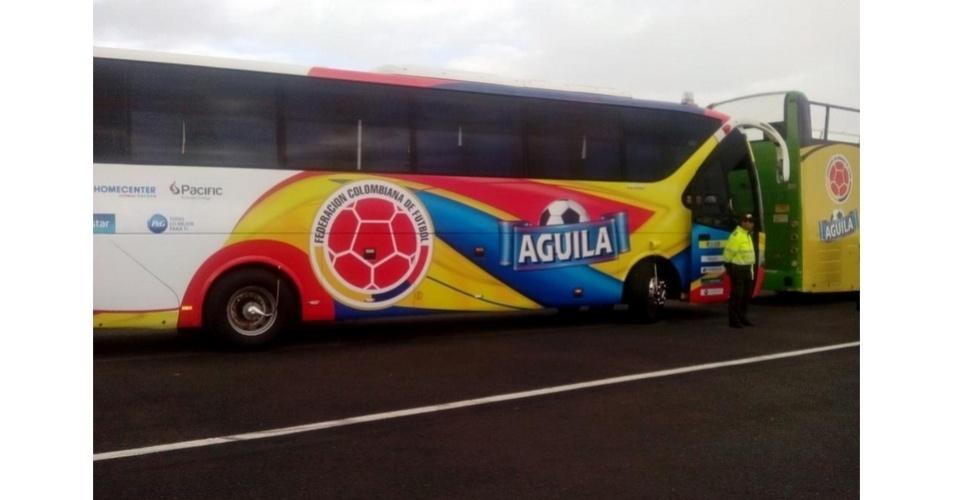 06.jul.2014 - Ônibus aguarda chegada de seleção da Colômbia em Bogotá após eliminação da Copa