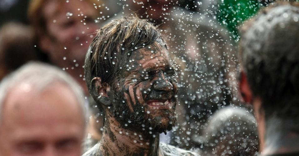 Participante faz careta durante banho nos Jogos Olímpicos da Lama, na cidade alemã de Brunsbuettel