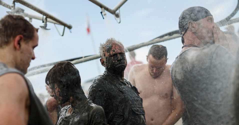 Participantes tomam banho durante os Jogos Olímpicos da Lama, na cidade alemã de Brunsbuettel