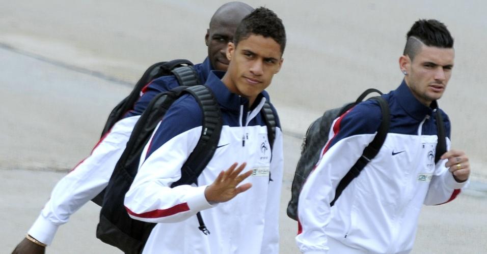 06.jul.2014 - Raphael Varane e Moussa Sissoko chegam ao Aeroporto de Le Bourget após eliminação na Copa