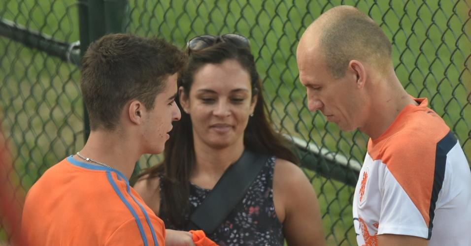 06.jul.2014 - Robben dá autógrafo para fã depois de treinamento da Holanda no Rio de Janeiro