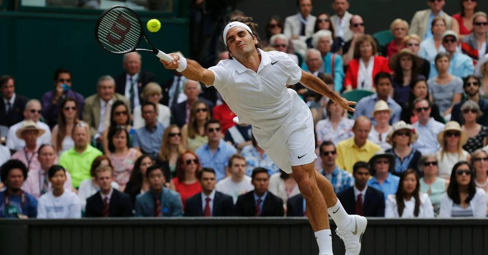 Roger Feder se esforça para alcançar bola durante a final de Wimbledon, contra Djokovic