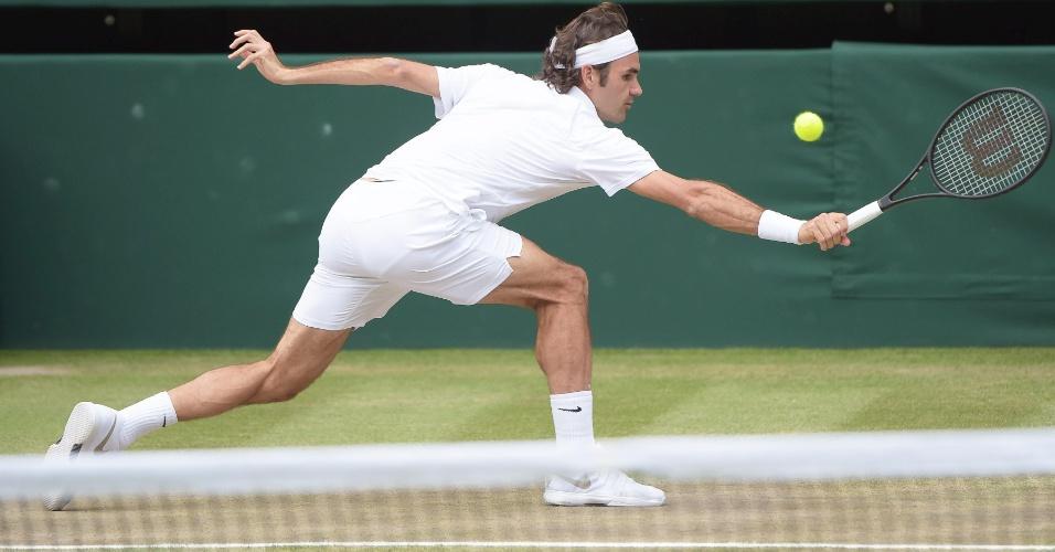Roger Federer se estica todo para não perder ponto para Djokovic na final de Wimbledon