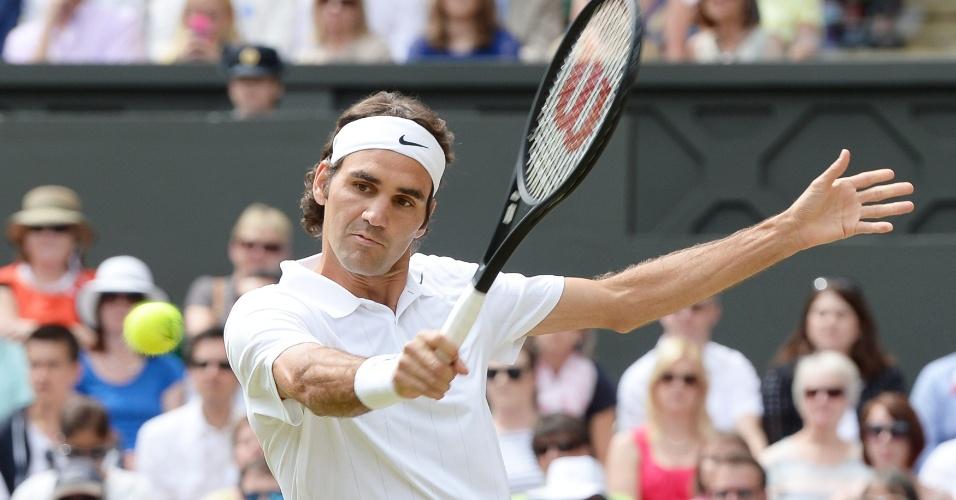 Roger Federer tenta surpreender Novak Djokovic durante a final de Wimbledon