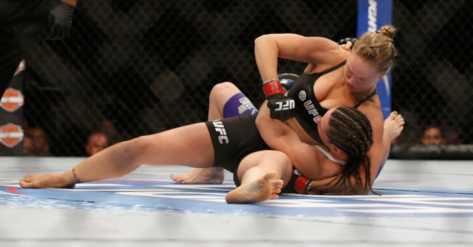 05.jul.2014 - Ronda Rousey vence Alexis Davis em 16 segundos e mantém o cinturão, após luta no UFC 175