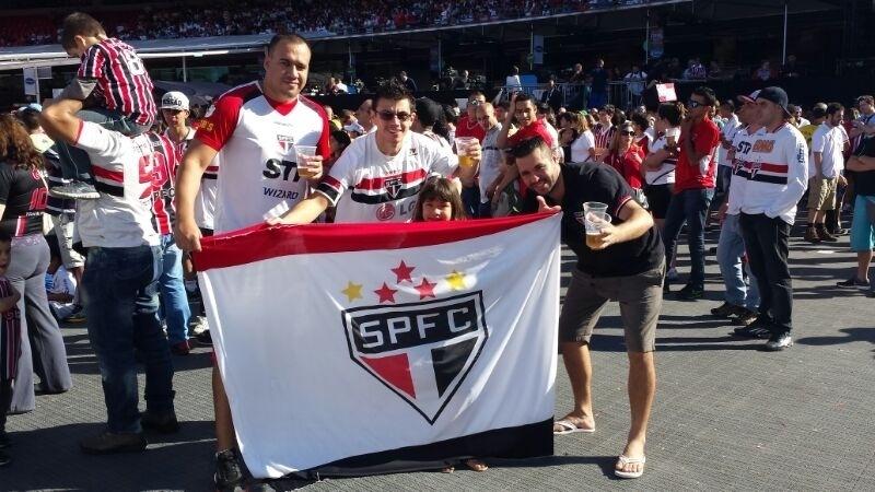 São paulinos fazem festa durante apresentação de Kaká ao São Paulo