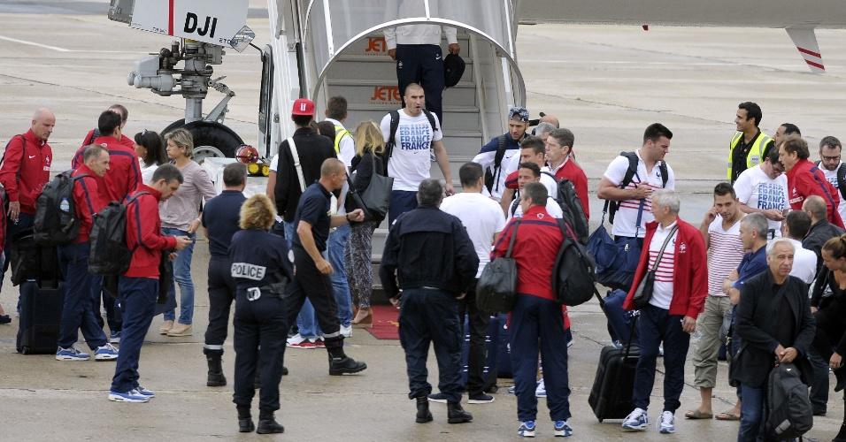 06.jul.2014 - Seleção da França desembarca no Aeroporto de Le Bourget depois de eliminação na Copa