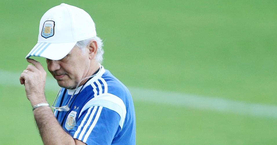 06.jul.2014 - Técnico da Argentina, Alejandro Sabella, comanda treinamento na Cidade do Galo, em Belo Horizonte