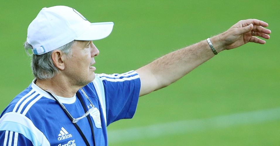 06.jul.2014 - Técnico da Argentina, Alejandro Sabella, orienta seus jogadores durante treinamento na Cidade do Galo, em Belo Horizonte