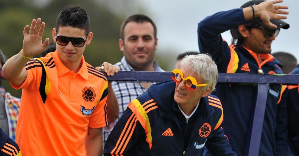 06.jul.2014 - Técnico José Pékerman usa óculos personalizados durante a festa que recepcionou a seleção colombiana em Bogotá