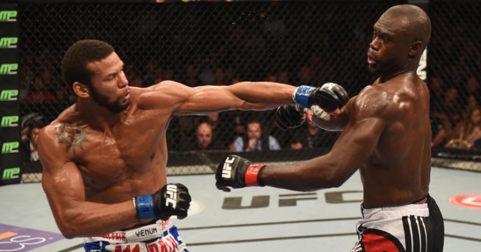 05.jul.2014 - Thiago Marreta (esquerda) tenta golpear Uriah Hall no UFC 175. O brasileiro foi derrotado por decisão unânime dos juízes
